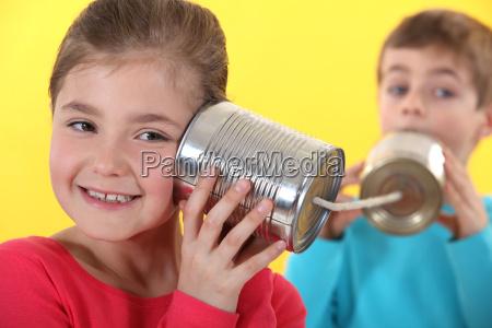 kinder unter verwendung des blechdosen zu