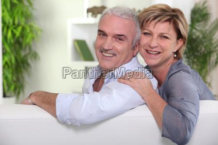 aelteres ehepaar sitzt auf dem sofa