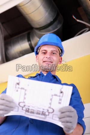 ingenieur mit einem heizungs plan