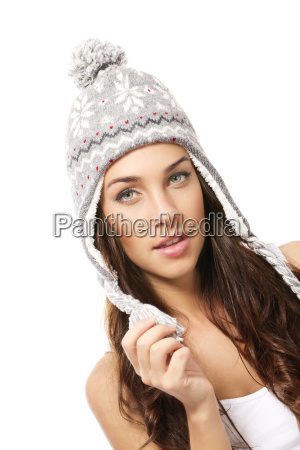 schoene bruenette frau traegt wintermuetze