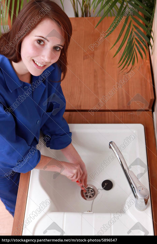 weibliche, klempner, installation, einer, spüle - 5896547