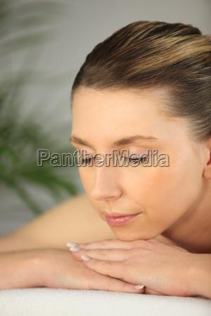frau entspannt auf dem massagetisch