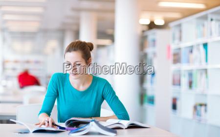 weibliche college student in einer bibliothek