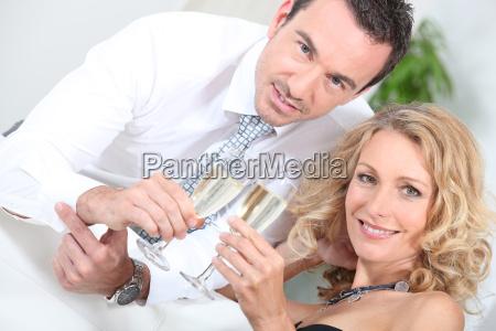 paar trinken champagner