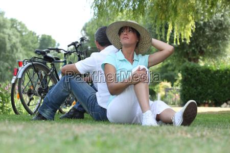 paar, mit, fahrrädern, sitzen, auf, dem - 5903403