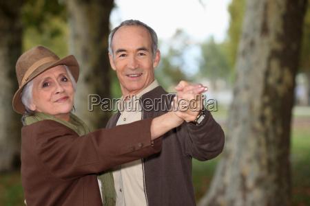 senior paar auf einem romantischen spaziergang