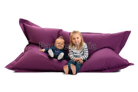 zwei schwester sitzen auf der tasche