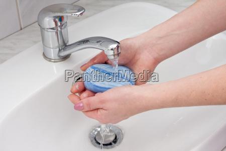 haende mit seife waschen