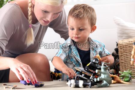 madre que juega con su pequenyo