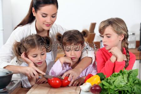 mutter und ihre toechter salat machen