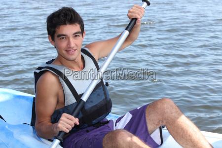 junger mann auf einem kajak