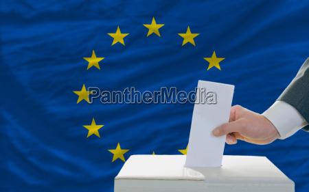 hombre de la votacion de las