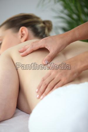 frau mid ruecken massage