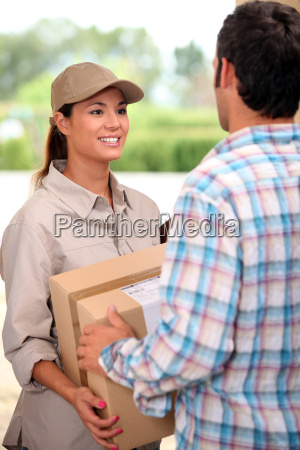 weibliche kurier paket liefert