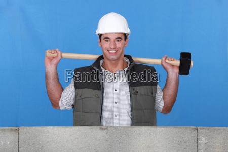 erbauer mit einem vorschlaghammer