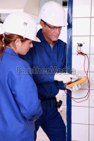 elektriker med kvindelige laerling
