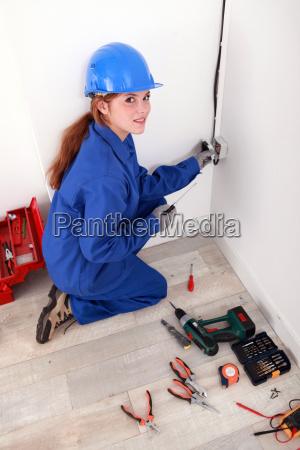 weibliche elektriker eine steckdose befestigung