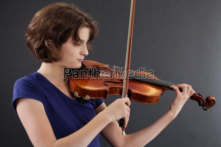 femea nova que joga o violino