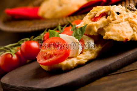 selbst gemachte pizzarollen gefuellt mit tomate