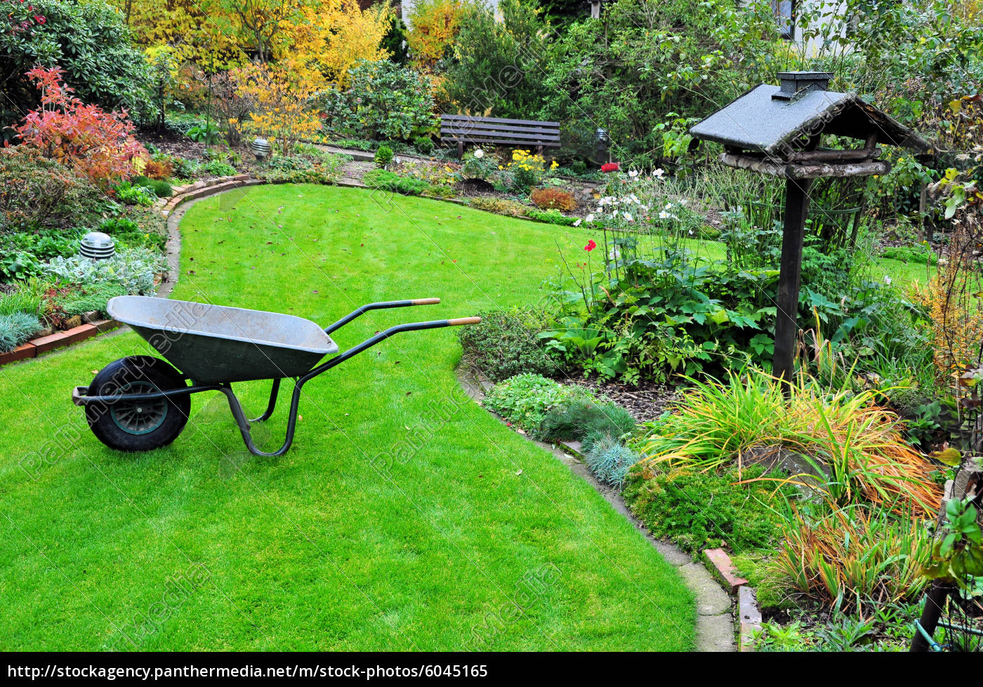 gartenarbeit mit schubkarre im herbstgarten stockfoto 6045165 bildagentur panthermedia. Black Bedroom Furniture Sets. Home Design Ideas