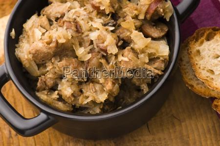traditionelle polnische sauerkraut bigos mit pilzen