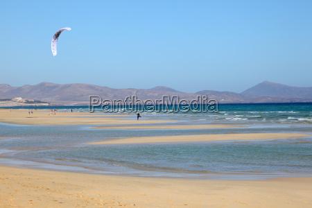 kitesurfen am strand auf der kanarischen