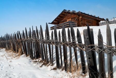 altes winterhaus mit zaun