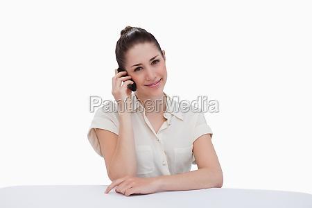 glueckliche geschaeftsfrau einen anruf taetigen