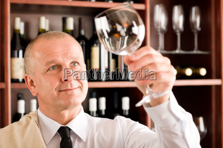 sauberes glas des weinstabkellers das betrachtet