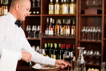 weinbar kellner reifen servieren glasrestaurant