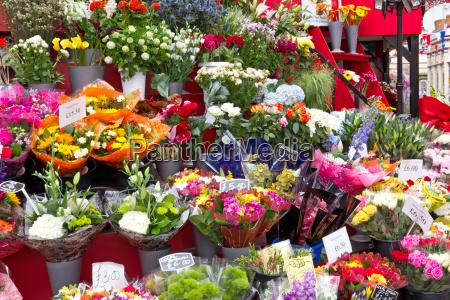auswahl an schnittblumen auf einem markt