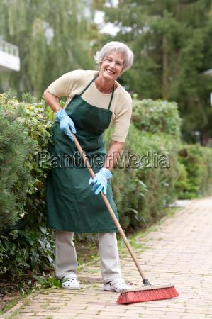 attivo donna anziana con una scopa