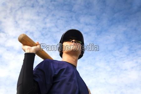 junger baseballspieler mit fledermaus