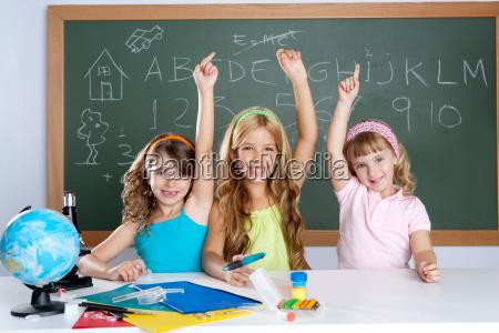 kluge kinder studentengruppe in der schule