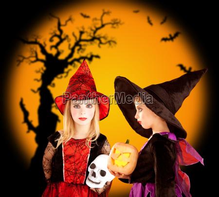 halloween kinder maedchen mit baum und