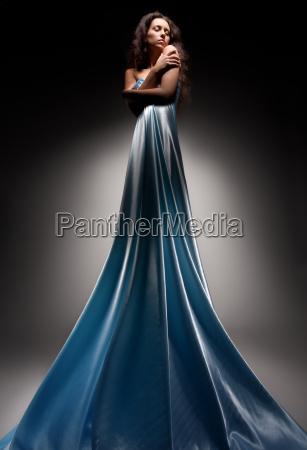 schoene bruenette in langen kleid
