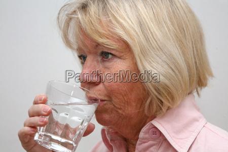 seniorin mit wasserglas