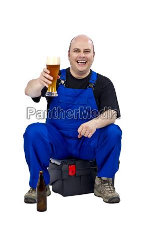 handwerker mit einem feierabendbier