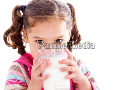kind trinkt milch