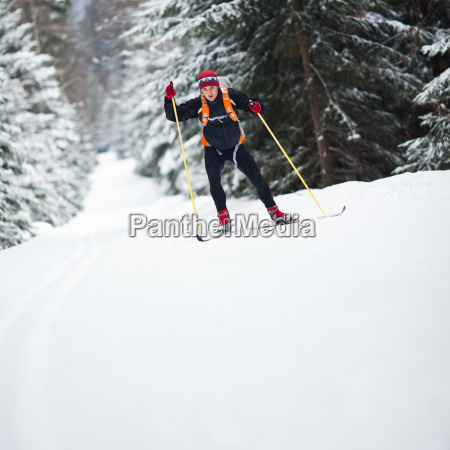 junger mann skilanglauf