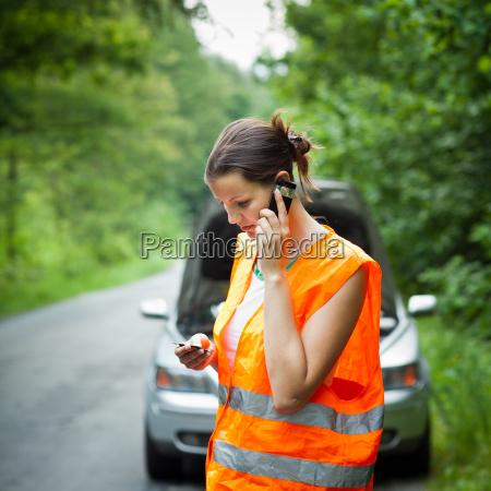 junge weibliche fahrer mit einer autopanne