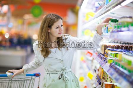 junge frau beim einkaufen fuer lebensmittel