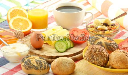fruehstueck inklusive broetchen ei kaese kaffee