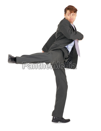 geschaeftsmann der karatetritt zeigt