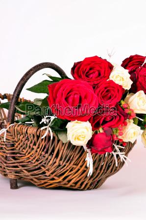 ein korb mit roten rosen