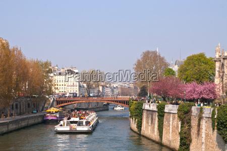 touristenkreuzfahrt in der seine paris