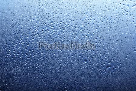 spray des blauen wassers auf glas