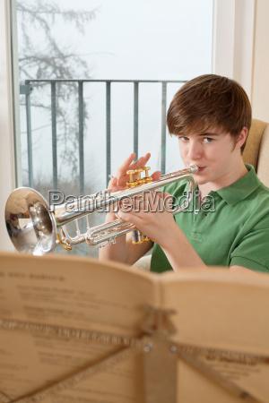 musik spiel spielen spielend spielt teen