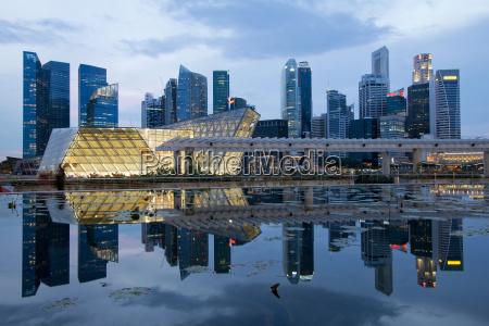 reflexion der singapur stadt skyline an
