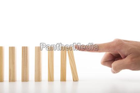 hand nach unten druecken der wand